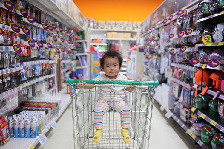 Baby im Babybedarfsgeschäft